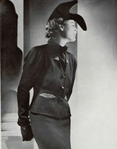 Photographie de la chaussure -chapeau de Schiaparelli pour le numéro d'octobre 1937 de l'Officiel par Georges Saad- image extraire de lofficielmode.com