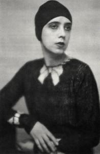 Elsa Schiaparelli portant  son pull trompe l'oeil