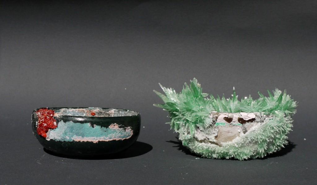Sulfate de cobalt (bol rouge) et Phosphate de Monoammonium (bol vert), Série 'Cristallisations', 2014. Cristaux de faïence émaillée. Diamètre : 11 cm & 13 cm.. © Apolline Grivelet. Courtesy Galerie Da-End, Paris