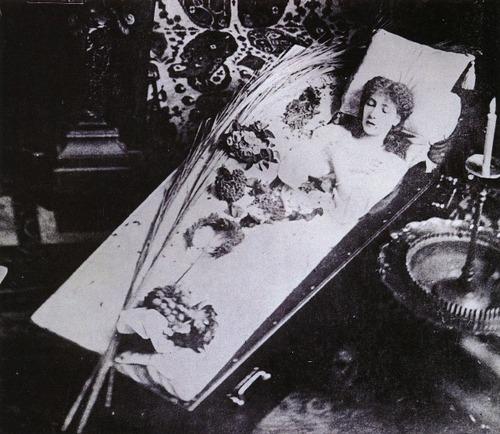 Sarah Bernhardt dans son lit-cercueil