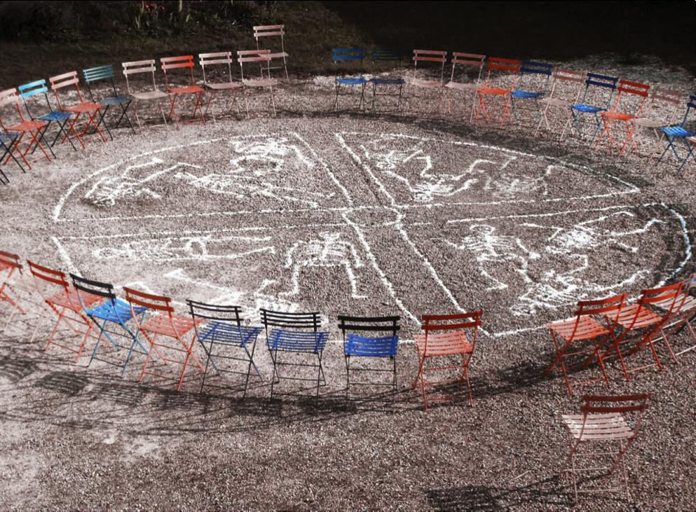 © Nord-Ouest Théâtre, « Antigone, Loin d'Antigone », théâtre forain, Villeneuve-en-scène 2014, Dessins au sel blanc sur une piste de sable, 1 comédien, 1 musicien, 1 dessinateur.