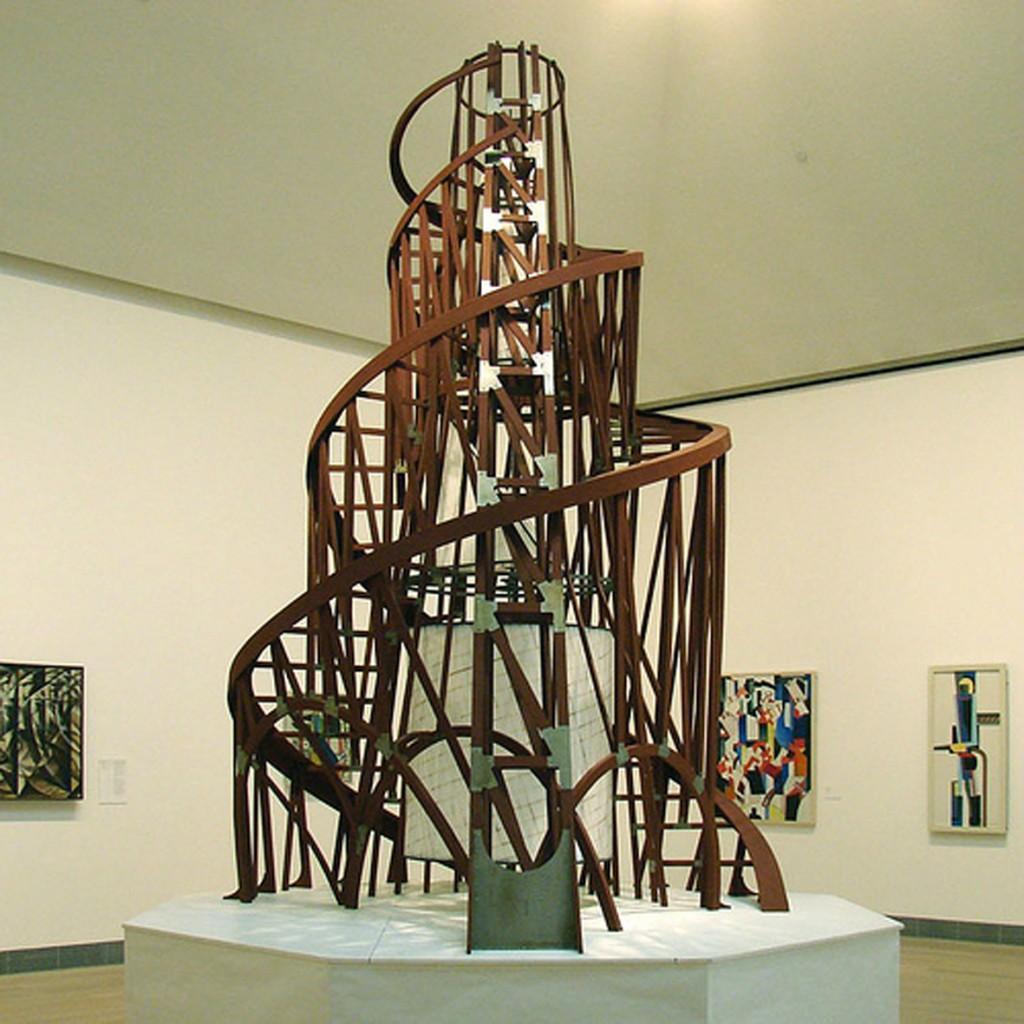 Tatline, maquette du monument à la Troisième internationale, vers 1919. La structure en forme de spirale tournante est en verre, en fer et en acier. Ce projet architectural constructiviste au modernisme fonctionnel était destiné à abriter la direction du Komintern