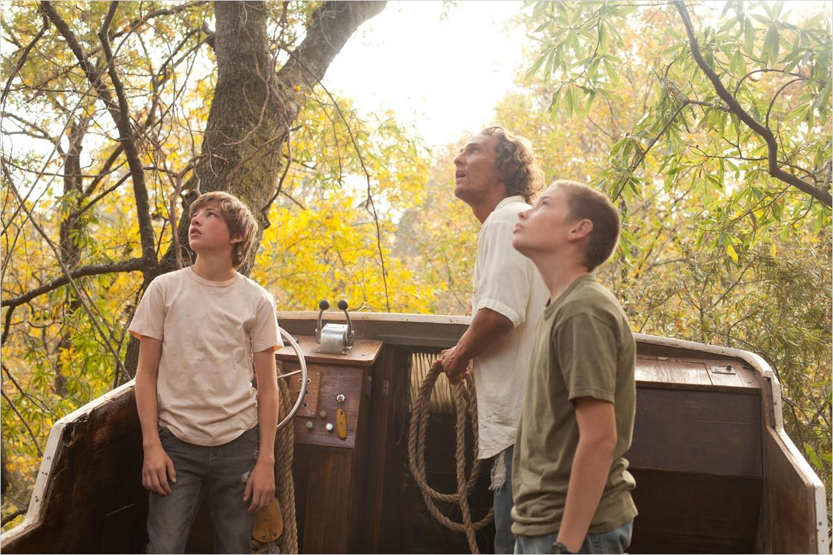 Tye Sheridan et Jacob Lofland accompagnés de Matthew McConaughey dans leur voyage initiatique - Mud (Jeff Nichols, 2013)