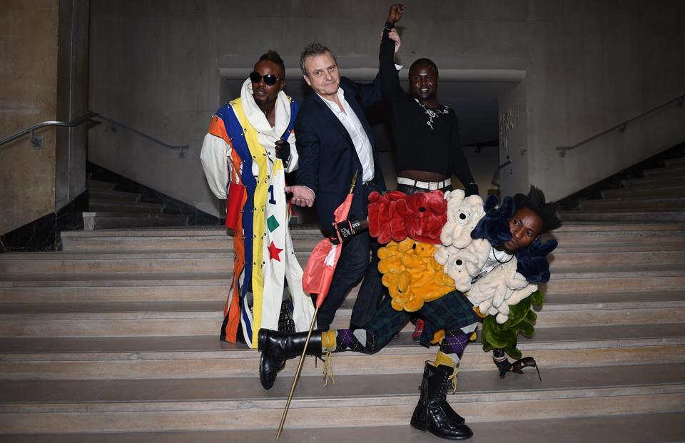 Les Sapeurs de Kinshasa et Jean-Charles de Castelbajac. Vernissage de l'exposition Le Bord des Mondes, Palais de Tokyo, 2015.