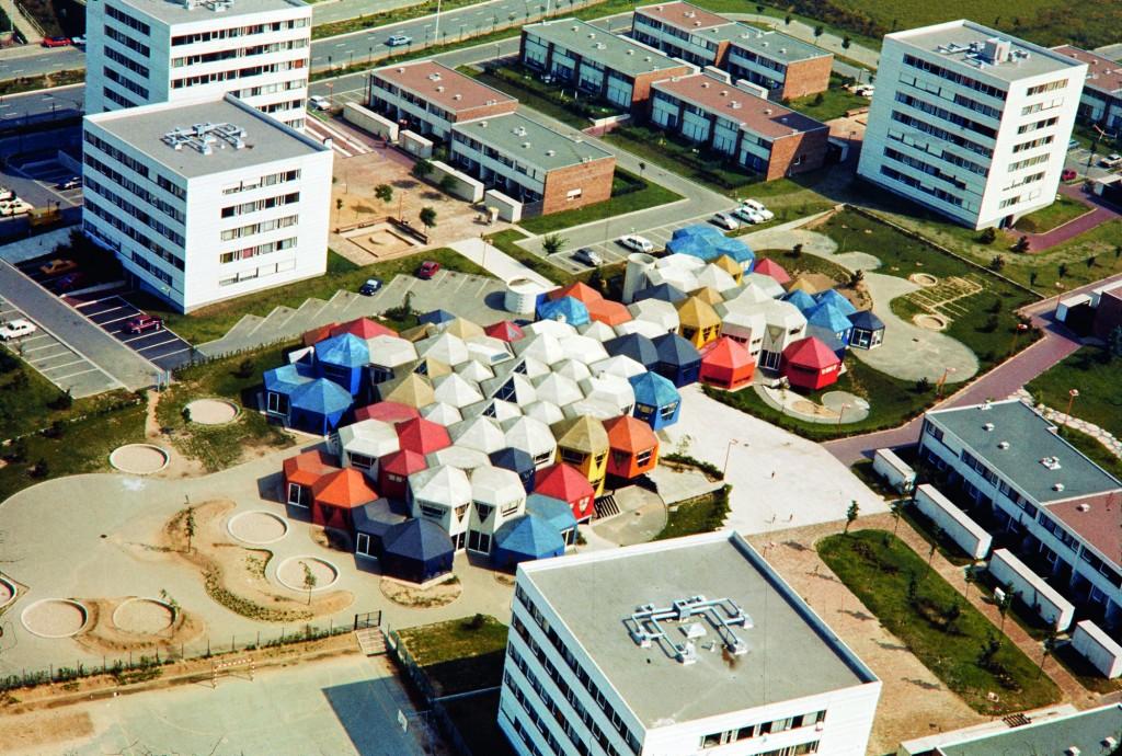 Vue aérienne du groupe scolaire des Plants en 1975, Jean Renaudie, architecte. © DR, ADVO 1532W743