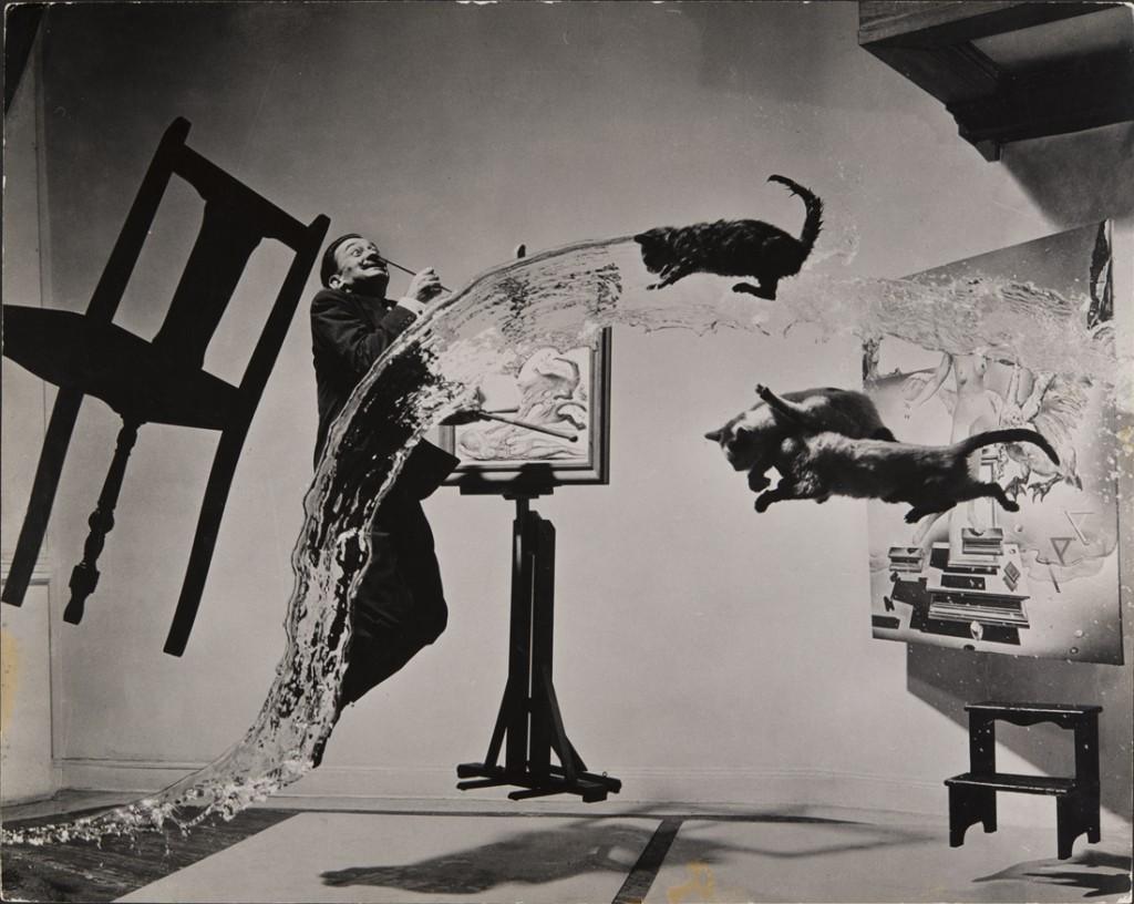 Philippe Halsman, Dalí Atomicus, 1948 Musée de l'Élysée. © 2015 Philippe Halsman Archive / Magnum Photos. Droits exclusifs pour les images de Salvador Dalí : Fundació Gala-Salvador Dalí, Figueres, 2015 Source: http://www.jeudepaume.org/?page=article&idArt=2210