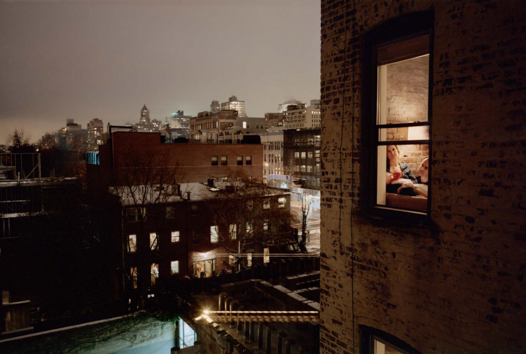 Gail Albert Halaban, « Out My Window », New York City, 2009. Source : http://theredlist.com/wiki-2-16-860-897-1107-view-existentialism-1-profile-albert-halaban-gail.html. (intimités urbaines et photographie)