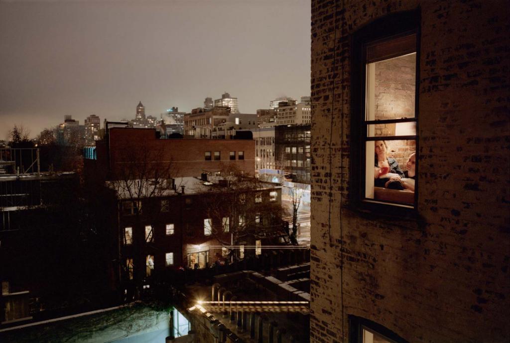Gail Albert Halaban, «Out My Window», New York City, 2009. Source: http://theredlist.com/wiki-2-16-860-897-1107-view-existentialism-1-profile-albert-halaban-gail.html. (intimités urbaines et photographie)