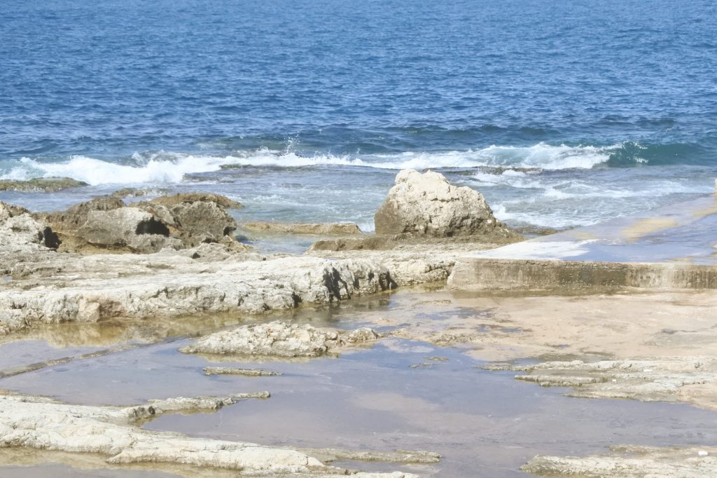 La dalle et la roche de la corniche de l'AUB. ©Louise Filoche-Rommé