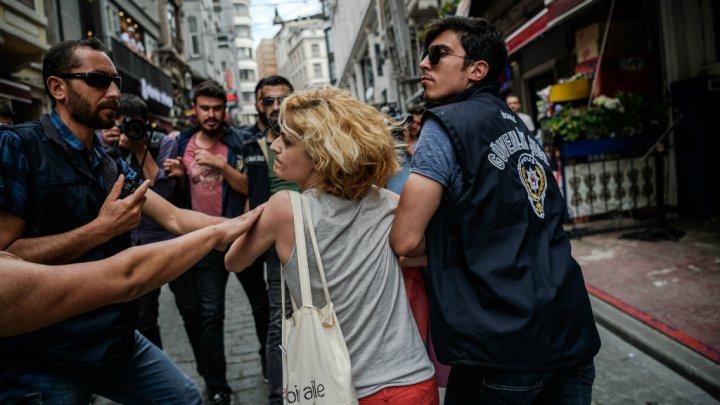 Des policiers interpellent une militante de la cause LGBT pendant la Istanbul Pride 2016 - Photo d'Ozan Kose, AFP