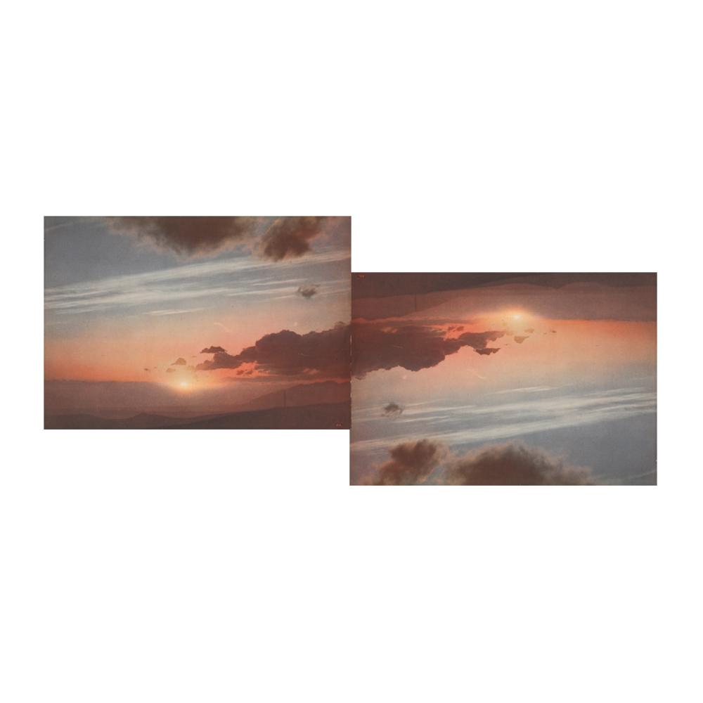 Deux copies identiques d'un rare atlas des nuages datant de 1953 sont d'abord disséquées, puis fusionnées dans cette série de collages intitulée ATLAST. Chaque page mesurant 21 x 29,7 cm est assemblée avec sa jumelle.