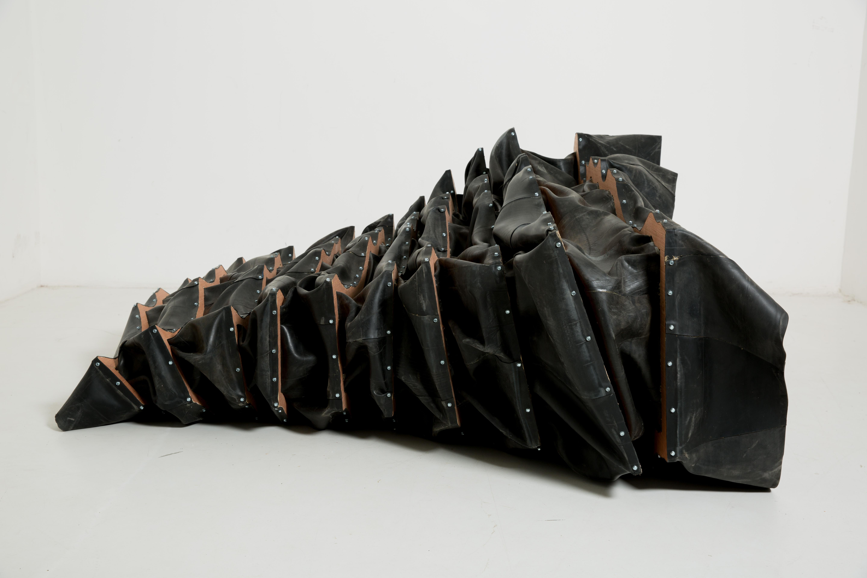 J'ai gardé le réflexe, 2016, plaques de bois, caoutchouc © Makouvia Kokou Ferdinand
