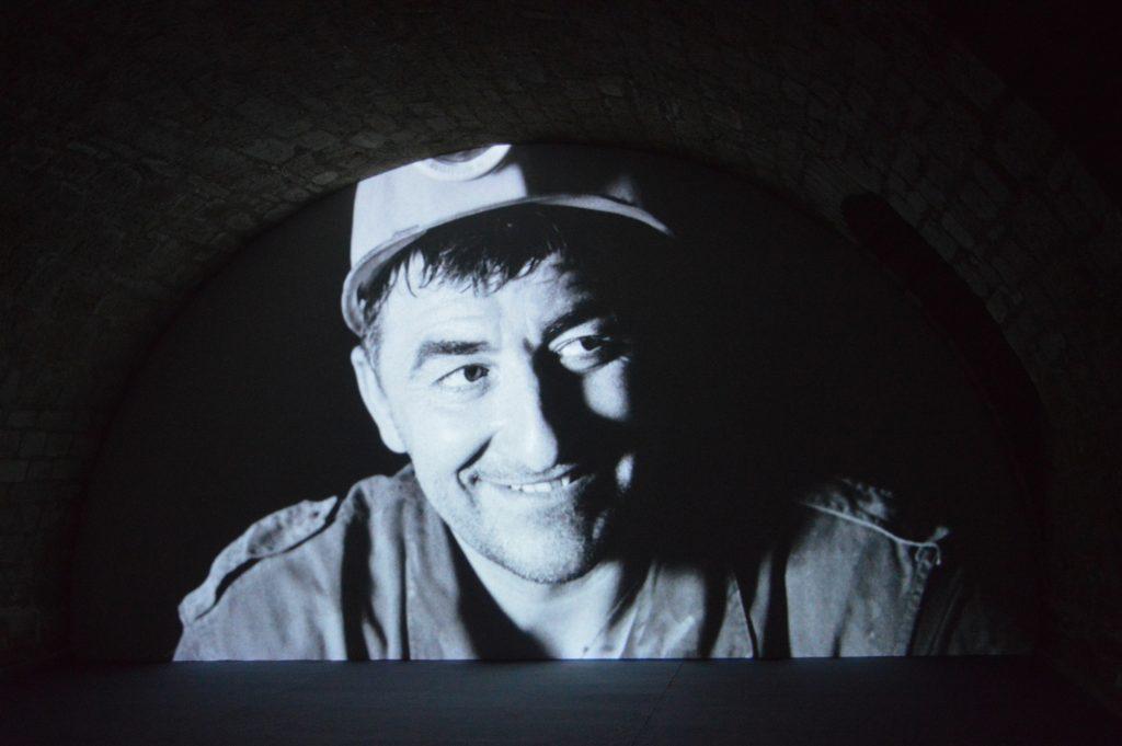 Ben Russell, Good Luck, 2017, installation de quatre vidéos numériques, transférées de pellicule 16 mm, noir et blanc, son, 71 min. , documenta 14, Fridericianum, Cassel, photo : Mylène Palluel