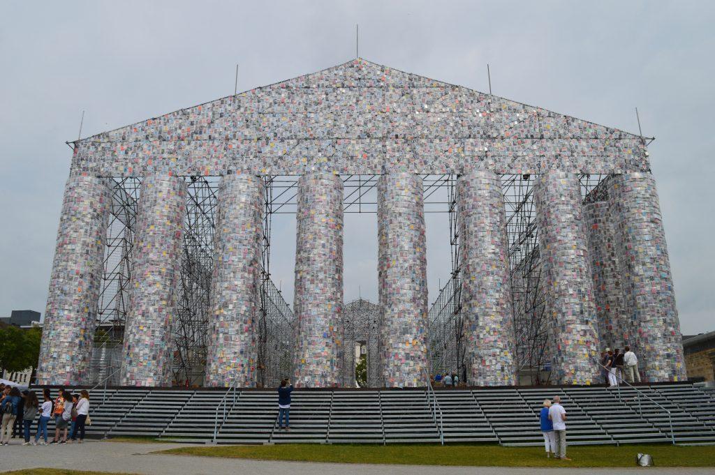 Marta Minujín, Le Parthénon des Livres, 2017, acier, livres et bâche plastique, Friedrichsplatz, Cassel, documenta 14, photo : Mylène Palluel