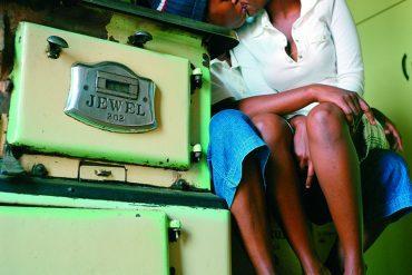 Zanele Muholi, Katlego Mashiloane and Nosipho Lavuta, ext.2, Lakeside, Johannesburg, 2007. Tirage Lambda, 76,5 x 75,5 cm © Zanele Muholi. Courtesy Stevenson Cape Town et Johannesburg.