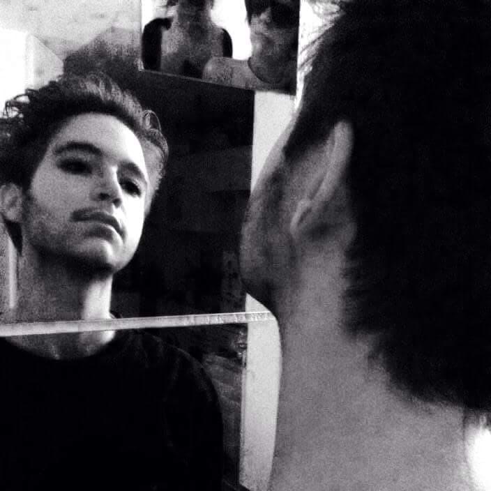 Jaime se mire dans le miroir