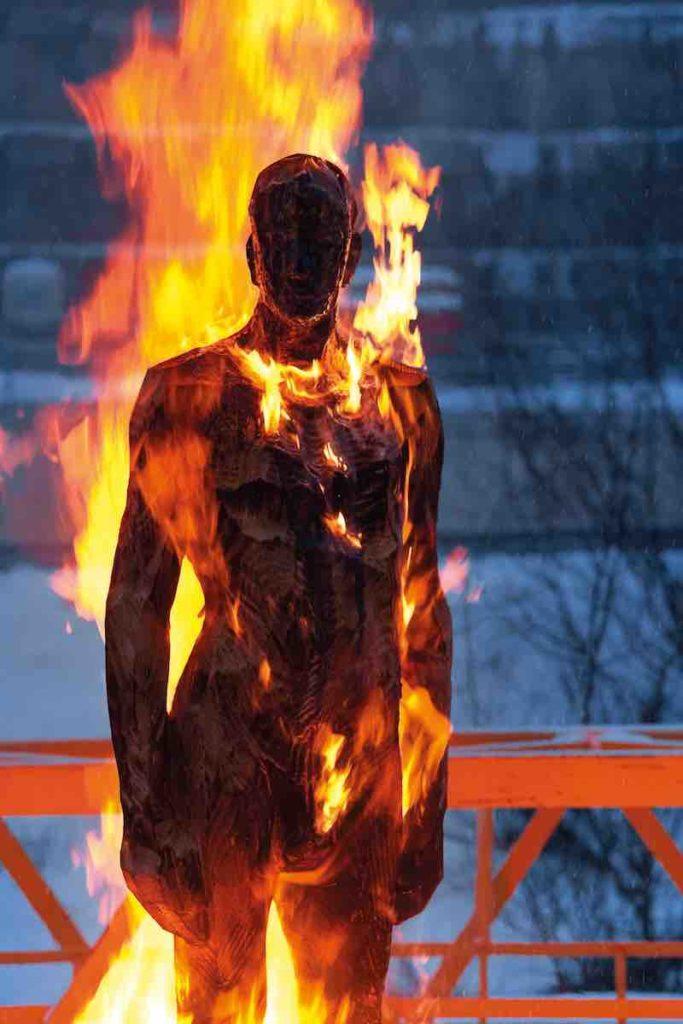 Aron Demetz_Burning - Burning Man_Carbonized Wood_230 cm_2010 manifesto21
